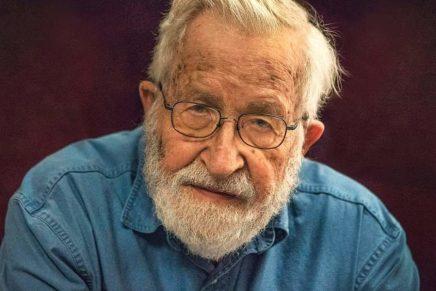 Noam Chomsky attacca il fallimento capitalista e l'UnioneEuropea