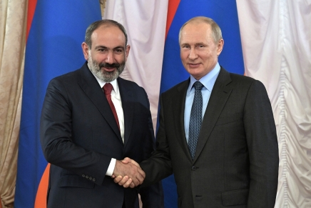 Vladimir Putin promuove i colloqui di pace tra Armenia eAzerbaigian